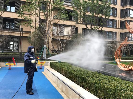 在王鹏的指导下,融创东南服务团队进行社区全面消毒杀菌.png
